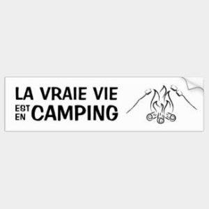 Autocollant La vraie vie est en camping